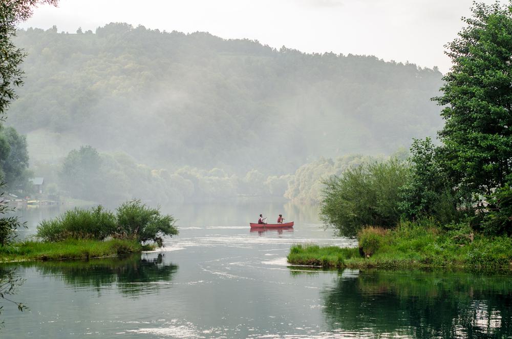 Una canoa lungo il fiume Una, Bosnia Erzegovina (Adnan Vejzovic/Shutterstock)