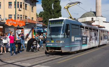Sarajevo, persone in attesa alla fermata del tram (© Alekk Pires/Shutterstock)