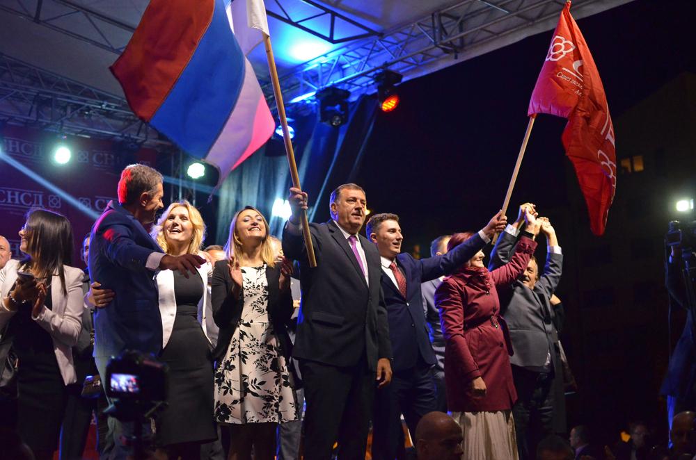 Milorad Dodik con in mano la bandiera della RS (foto di Stanisic Vladimir/Shutterstock)