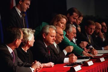 Slobodan Milošević, Alija Izetbegović e Franjo Tuđman durante gli Accordi di Dayton