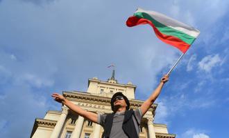 Giovane con in mano la bandiera bulgara durante le proste del 2013 © Ju1978/Shutterstock