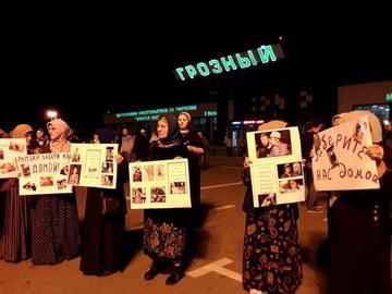 Parenti di famiglie partite per la Siria attendono il loro rientro all'aeroporto di Grozny (Rita Roytman/OC Media)