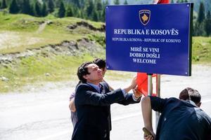 Albin Kurti, leader di Vetëvendosje, protesta sul confine col Montenegro