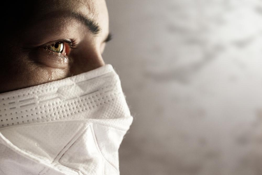 Viso di donna che indossa una mascherina chirurgica © Tomas Ragina/Shutterstock