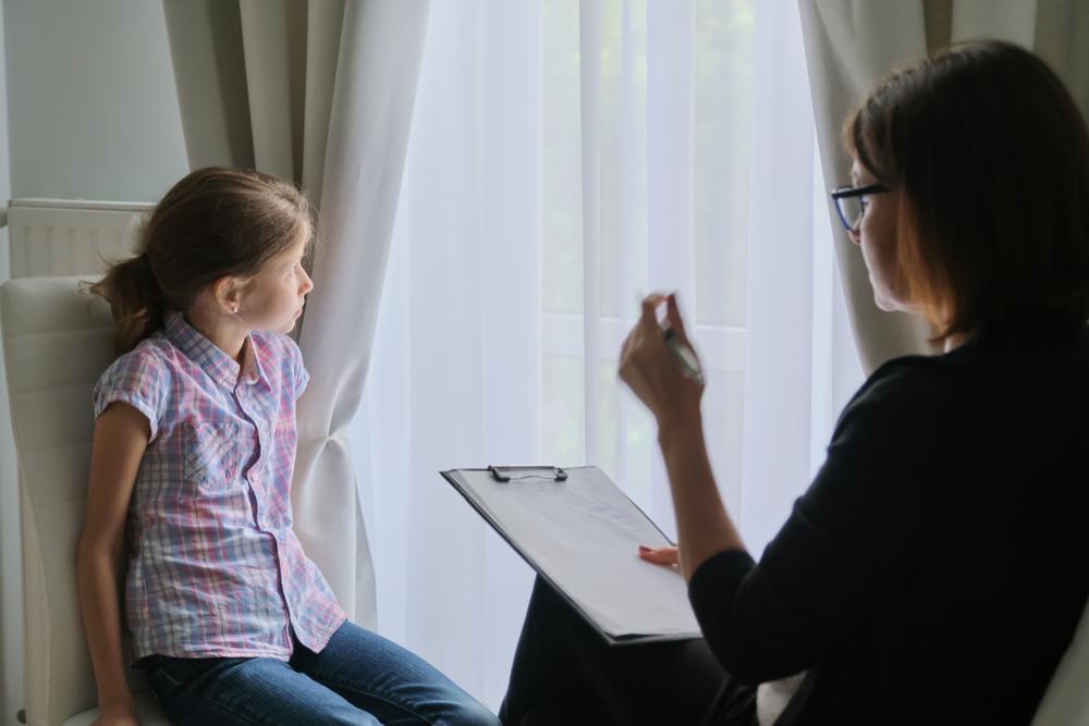 Una psicologa al lavoro con una ragazzina (© VH-studio/Shutterstock)