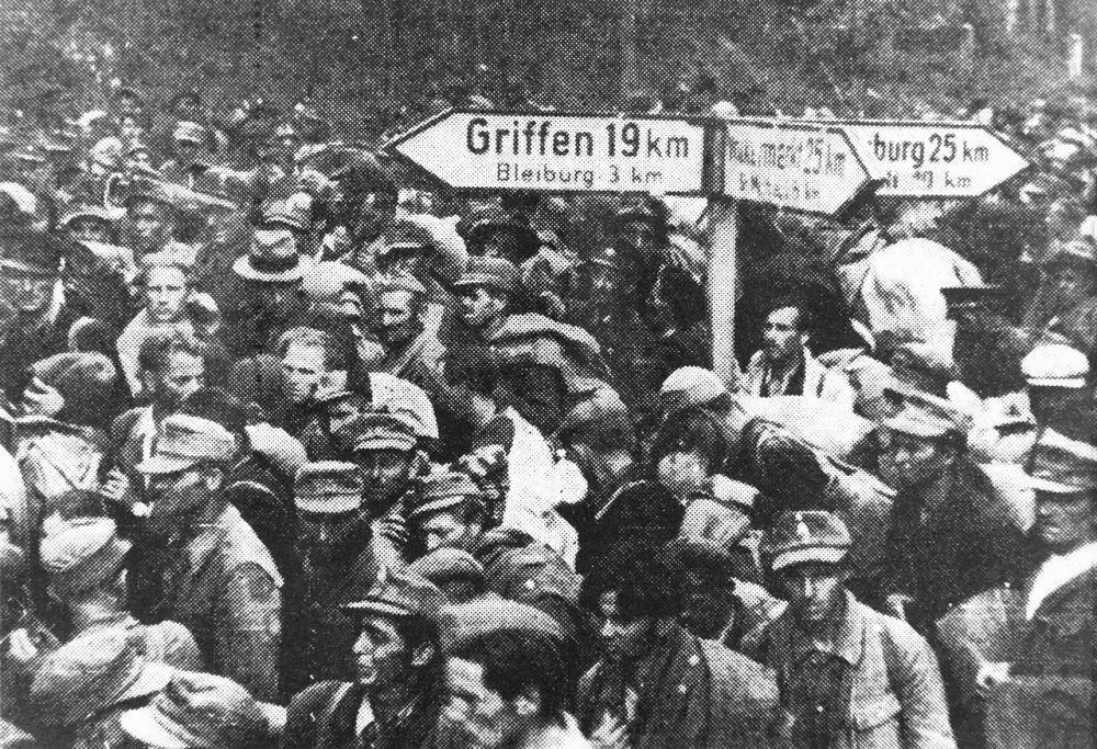 Immagine dell'epoca che ritrare le migliaia di persone che si dirigono verso Bleiburg