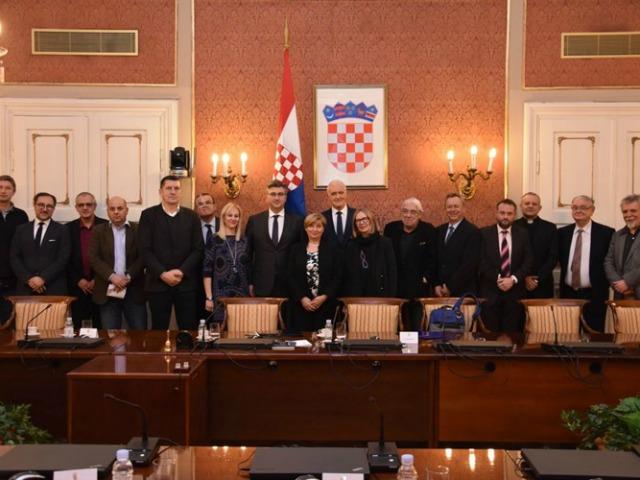 I membri della Commissione con il primo ministro Andrej Plenković (foto Governo croato)