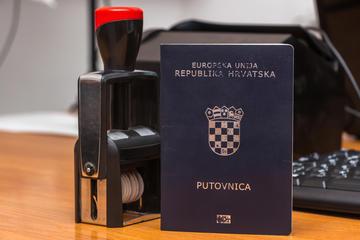 Passaporto croato, (foto © Ivan Semenovych/Shutterstock)