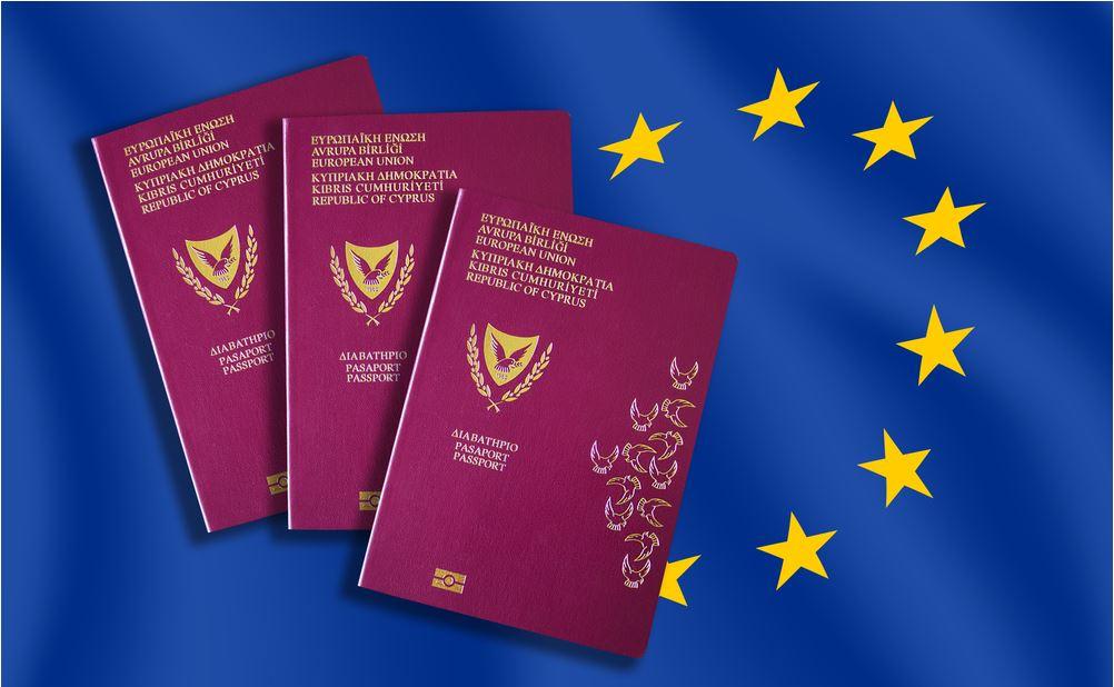 Tre passaporti ciprioti sullo sfondo della bandiera dell'Unione europea - © AlexiaD/Shutterstock