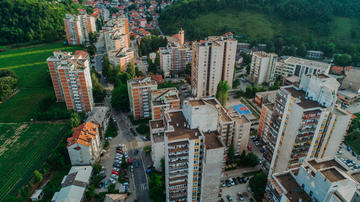 Condomini in una città bosniaca - © Adiss Alic/Shutterstock