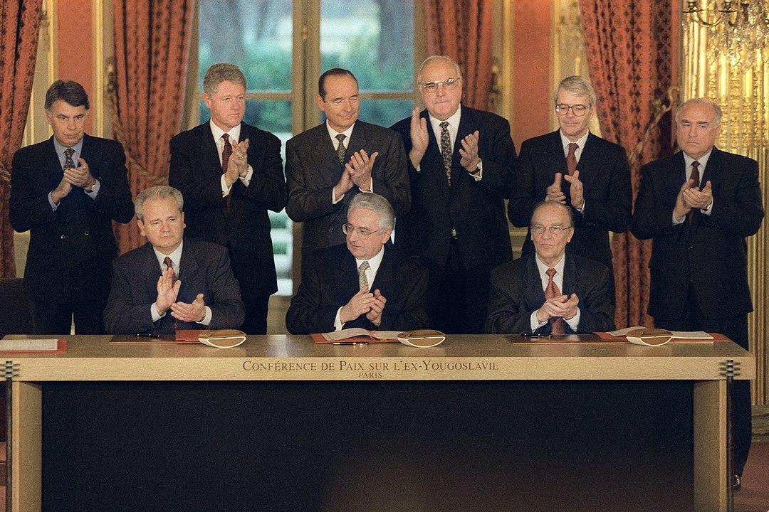 14 Dicembre 1995 - La firma degli Accordi di pace di Dayton a Parigi, alla presenza di Slobodan Milosevic, Alija Izetbegovic, Franjo Tudman, Felipe Gonzalez, Bill Clinton, Jacques Chirac, Helmut Kohl, John Major e Viktor Chernomyrdin (foto NATO CC)