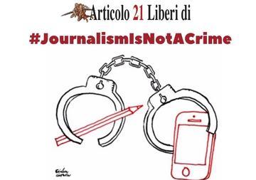 L'immagine raffigura un paio di manette che simbolicamente chiudono una matita e un telefono cellulare. Una frase sopra il disegno dice journalism is not a crime