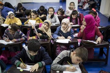 Rifugiati siriani a scuola a Istanbul - © Tolga Sezgin/Shutterstock