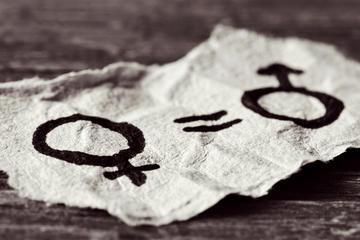 Un simbolo femminile, un segno uguale e un simbolo maschile disegnato su un foglio di carta raffigurante l'uguaglianza delle donne