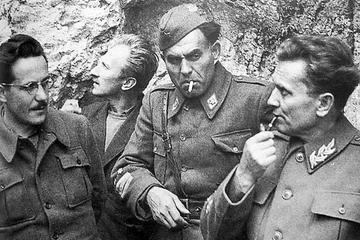 Edvard Kardelj, a sinistra, e Jozip Broz Tito, a destra, durante la Seconda guerra mondiale
