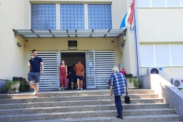 Elettori ad un seggio elettorale a Zagabria (foto di Giovanni Vale)