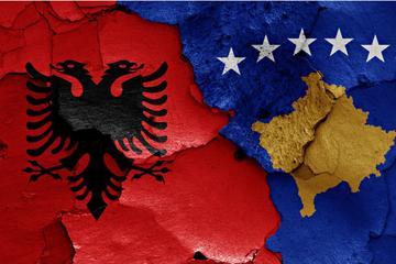 Bandiere del Kosovo e dell'Albania - Shuttestock