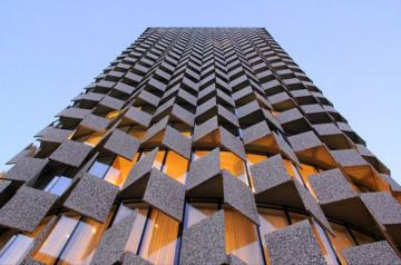 Le mille facce del Plaza Hotel, celebre grattacielo di Tirana