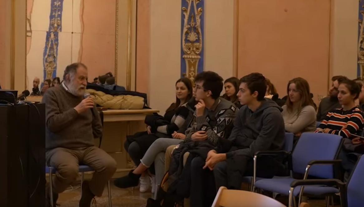 Francesco Maria Feltri con un gruppo di studenti - immagine tratta da Youtube