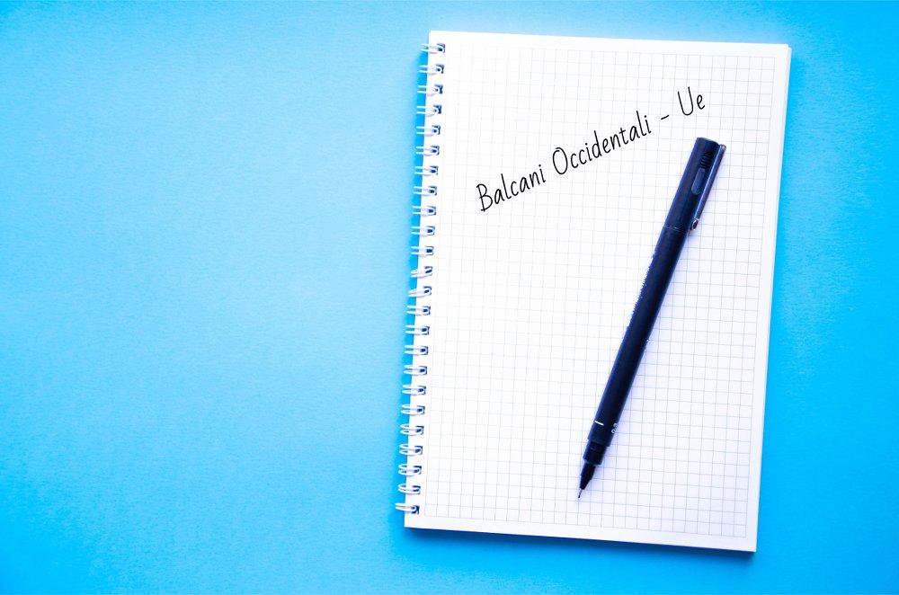 """Un'agenda con la scritta """"Balcani Occidentali - Ue"""""""