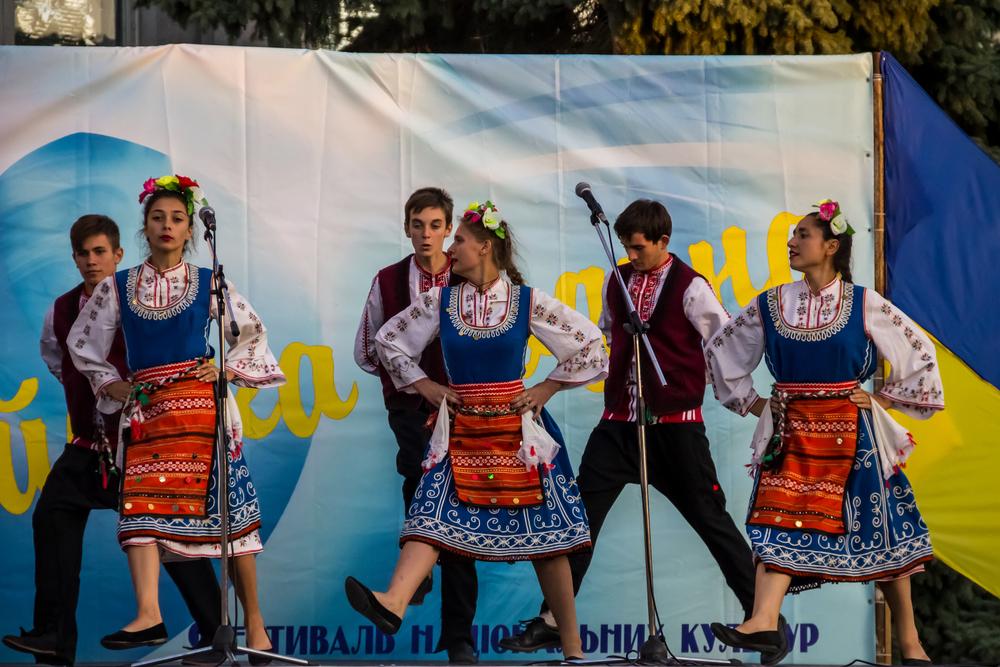 Genichesk, Ucraina - Agosto 2017:Danzatori in abiti tradizionali bulgari si esibiscono sul palco durante il Festival delle Culture Nazionali Tavriyska rodyna  (© Olha Solodenko/Shutterstock)