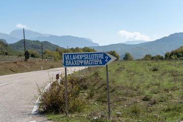 Cartello stradale bilingue nel sud dell'Albania (© A Daily Odyssey/Shutterstock)