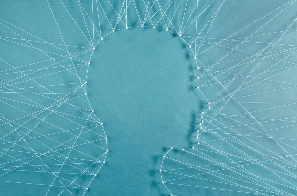 Profilo della testa di una persona legata da fili verso l'esterno