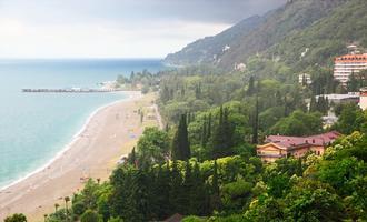 Un tratto della costa a Gagra, Abkhazia (© O'SHI/Shutterstock)