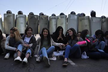 Donne che protestano a Yerevan durante la Rivoluzione di velluto (Mari Nikuradze/OC Media)
