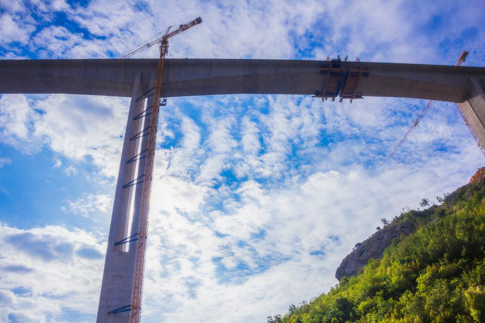La costruzione di un viadotto del tratto autostradale Bar-Boljare, in Montenegro, infrastruttura finanziata da capitali cinesi (@ yosmoes815/Shutterstock)