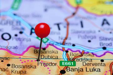 Una mappa con segnalata la città bosniaca di Prijedor, una delle tre coinvolte nel progetto trentino (© Dmitrijs Kaminskis/Shutterstock)
