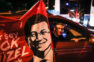 Festeggiamenti a Istanbul per la vittoria di İmamoğlu © deepspace/Shutterstock