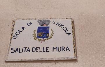 Targa in ceramica con stemma e scritta: San Nicola - Salita delle mura  (Foto Fabio Fiori)