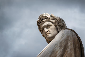 Monumento a Dante in piazza Santa Croce a Firenze © xsmirnovx/Shutterstock