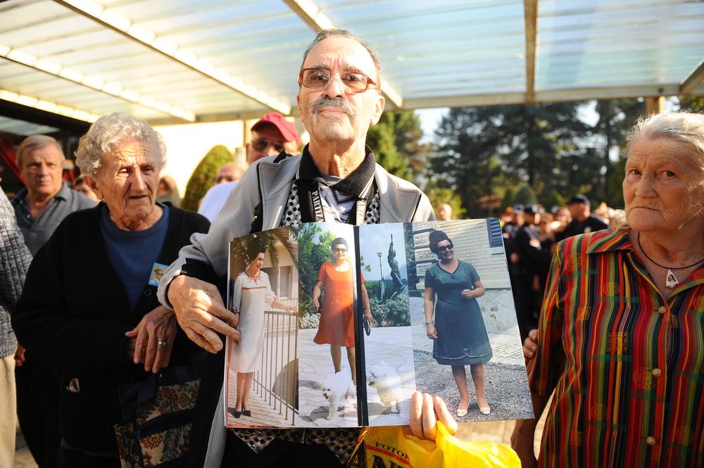 Belgrado: un uomo mostra delle fotografie di Jovanka Broz nel 2013, all'indomani della sua morte (Nebojsa Markovic/Shutterstock)