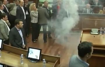 Fumogeno al parlamento del Kosovo