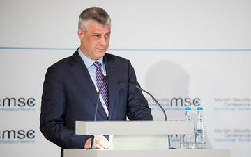 Il presidente kosovaro Hashim Thaçi durante una conferenza - foto/Wikimedia Commons