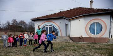 Bambini che corrono nel cortile di una scuola per l'infanzia (foto di Jeton Sopa)