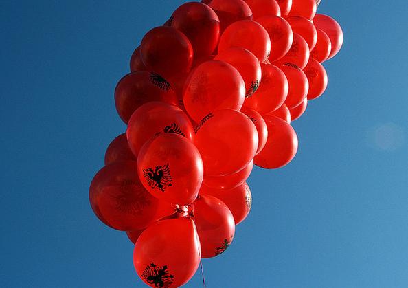 Palloni con la bandiera albanese