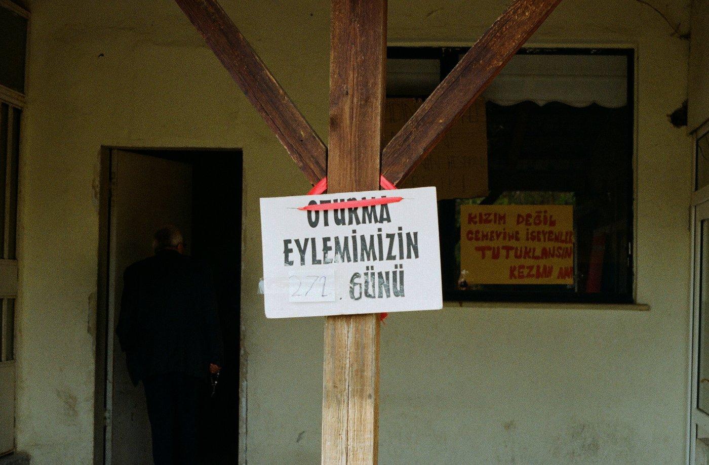 Un cartello indica i giorni di detenzione di Zeynep Yıldırım - foto di Francesco Brusa