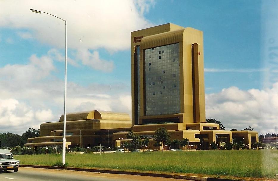 Nell'immagine è raffigurato lo Sheraton Hotel di Harare