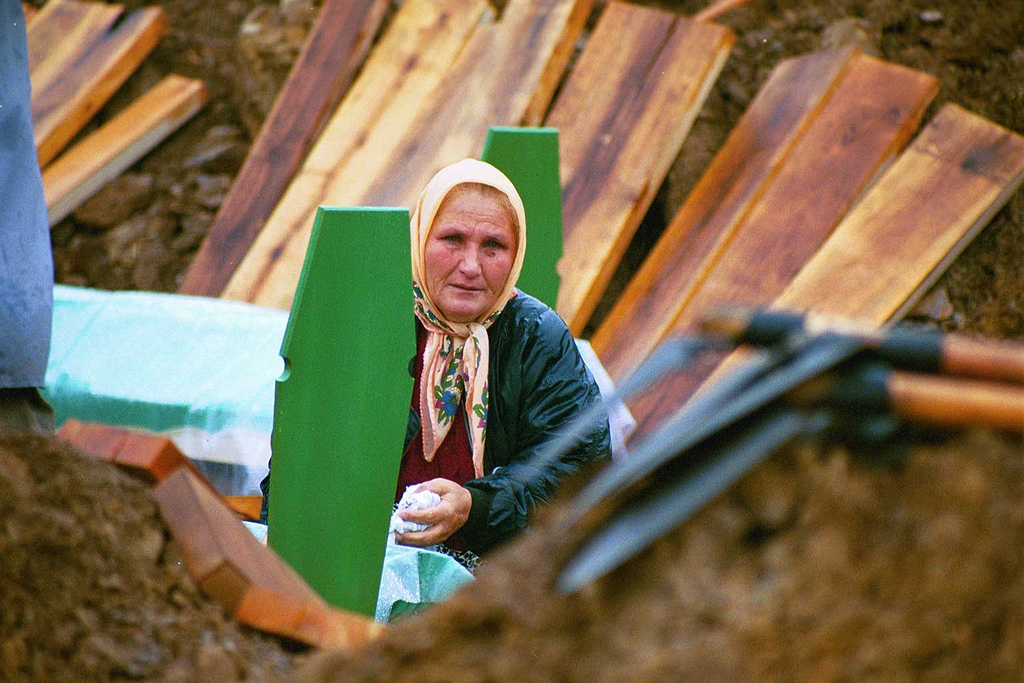 Donna presso una tomba a Srebrenica (Foto The Advocacy Project, Flickr)