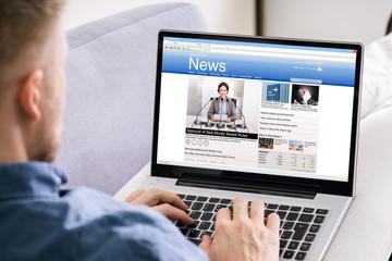 Un uomo legge sul computer portatile le notizie del giorno (© Andrey_Popov/Shutterstock)