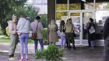 Gli studenti di lettere a Sarajevo in fila davanti alla segreteria - © Geoffrey Brossard/LcB