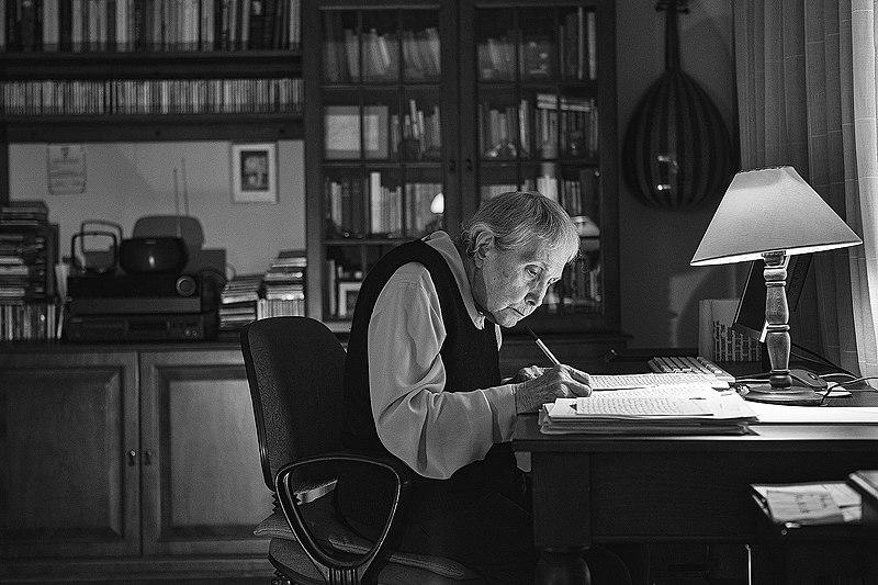 Adalet Ağaoğlu al lavoro alla propria scrivania