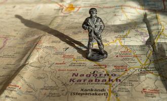 Un soldatino in metallo posizionato sulla mappa del Nagorno Karabakh