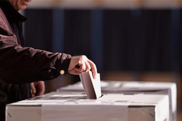 Elettore inserisce la scheda nel'urna - © roibu/Shutterstock
