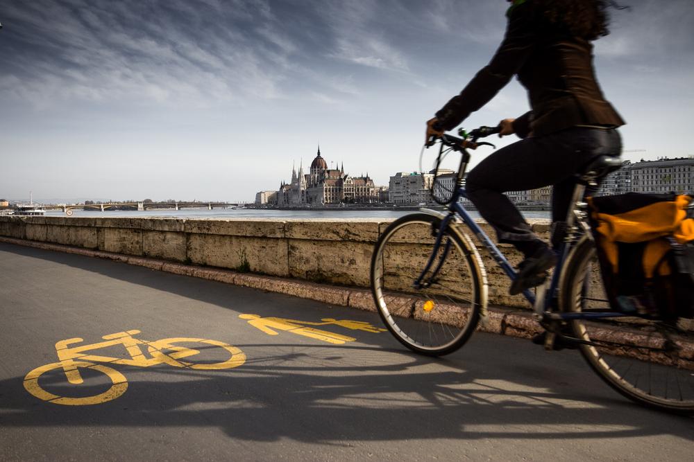 دوچرخه سواری در بوداپست در دانوب (© robertonencini / Shutterstock)