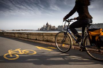 In bicicletta a Budapest lungo il Danubio (© robertonencini/Shutterstock)