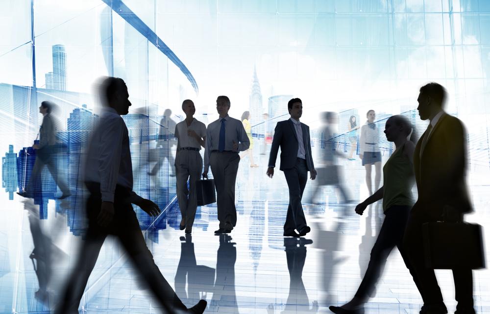 Persone che camminano in un ambiente di lavoro © Rawpixel.com/Shutterstock